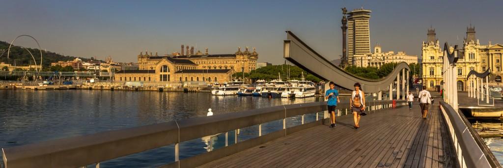 Ciudad de Barcelona para encontrar tus clases particulares, gente paseando en el puerto
