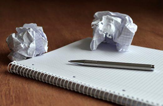Bloc de notas para tomar apuntes y papel arrugado
