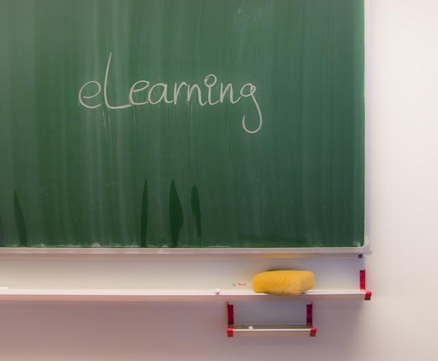 pizarra con anuncio de clases particulares online elearning