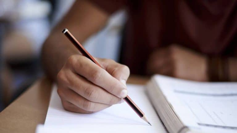 Profesor corrigiendo exámenes